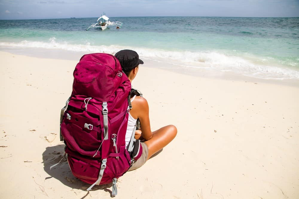 mochilera en la playa en Filipinas