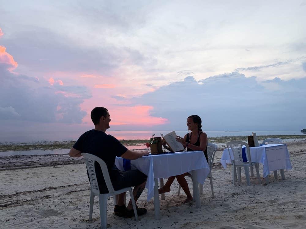 nosotros en una cena romántica en la playa en Filipinas