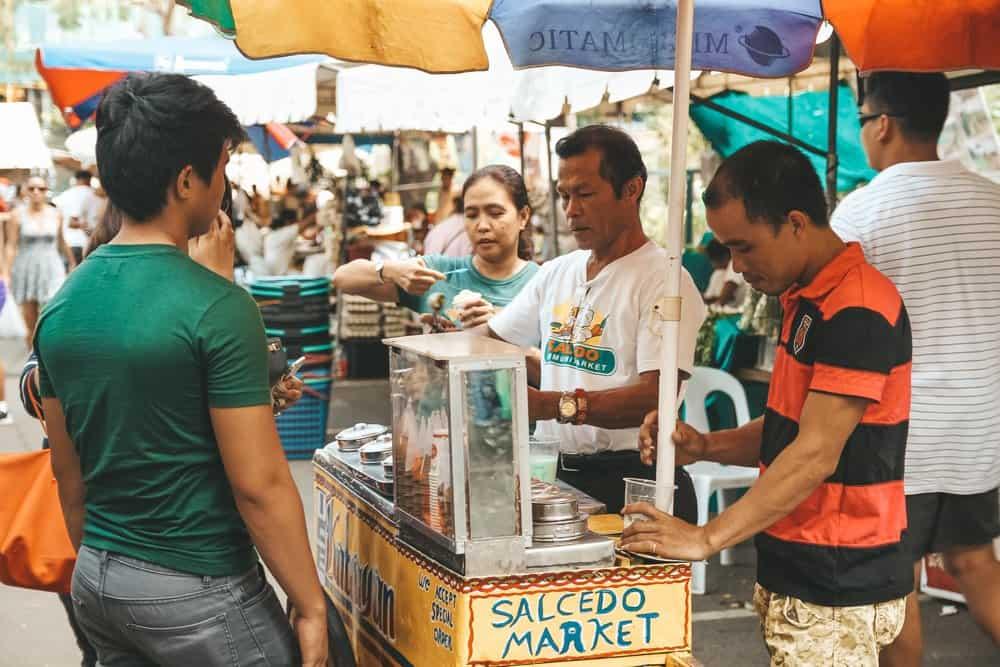 comer en Manila en el Salcedo Saturday Market