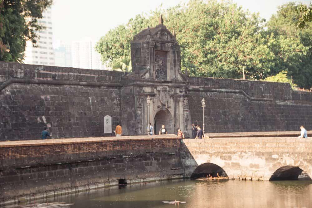 impresionante puerta de Fort Santiago enIntramuros en Manila
