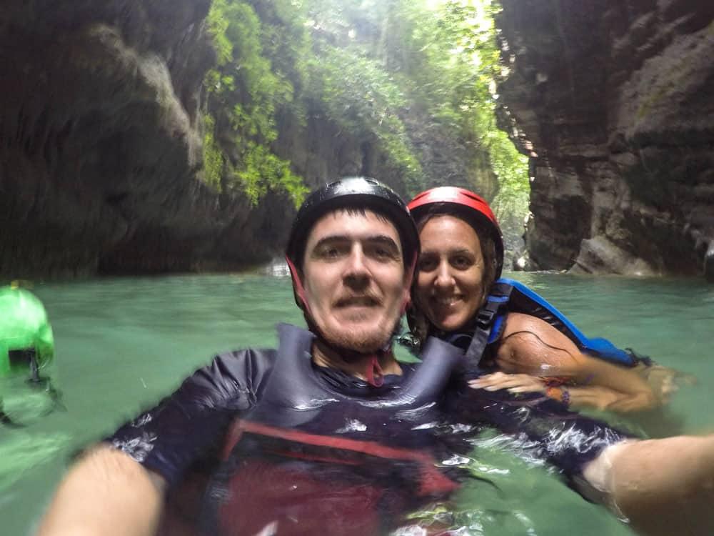 Claudia y Jairo haciendo canyoneering en Cebu
