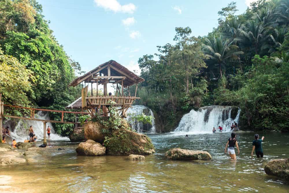 Pangas Falls cerca de las Colinas de Chocolate