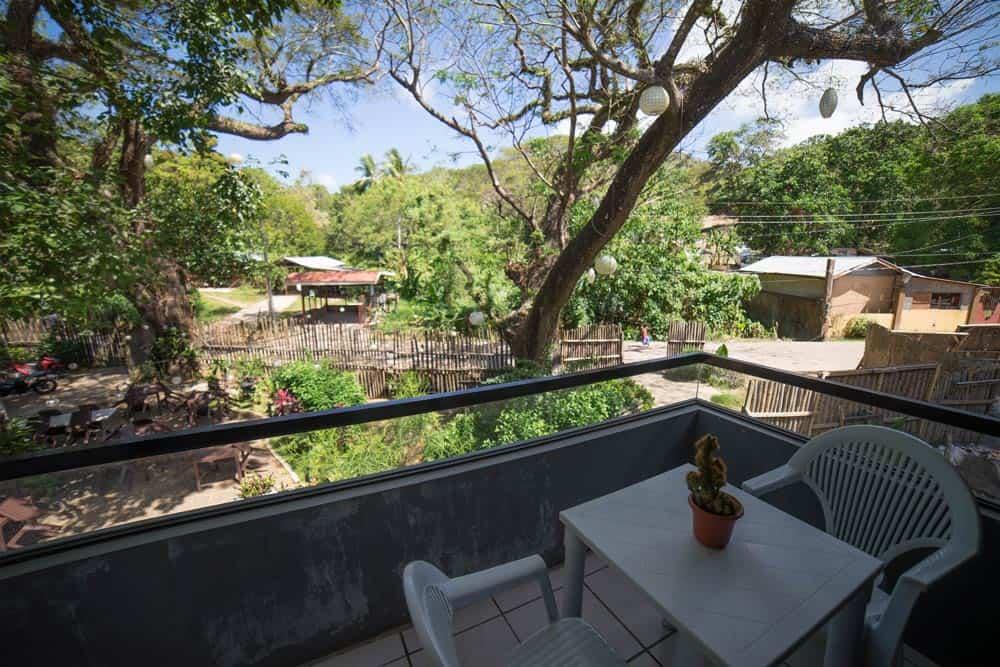 habitación con balcón en Acaci Garden en Inn con vistas al jardín