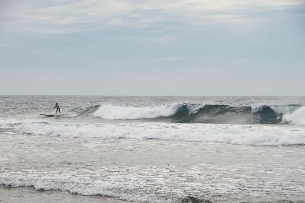 surfistas cogiendo olas en Monaliza Point