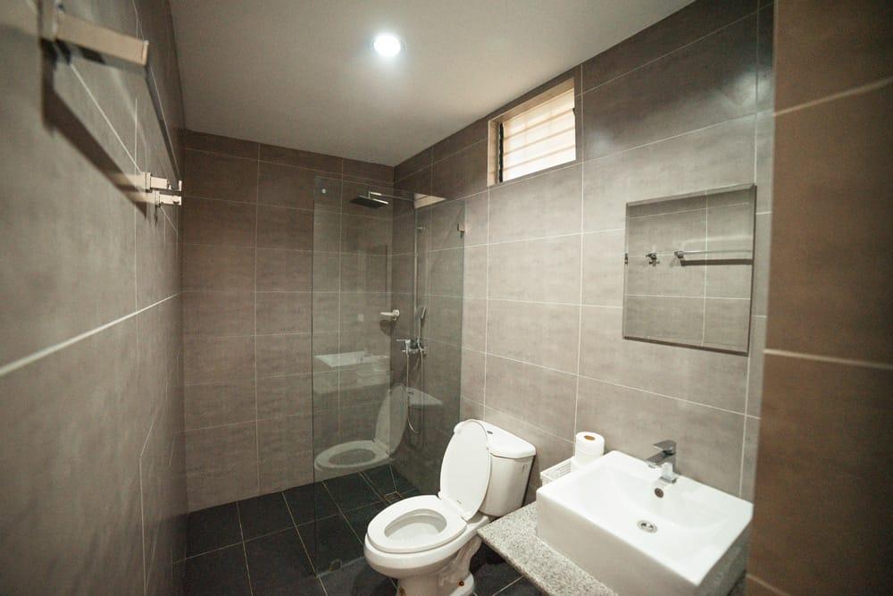 baño moderno del Moravian en Panglao