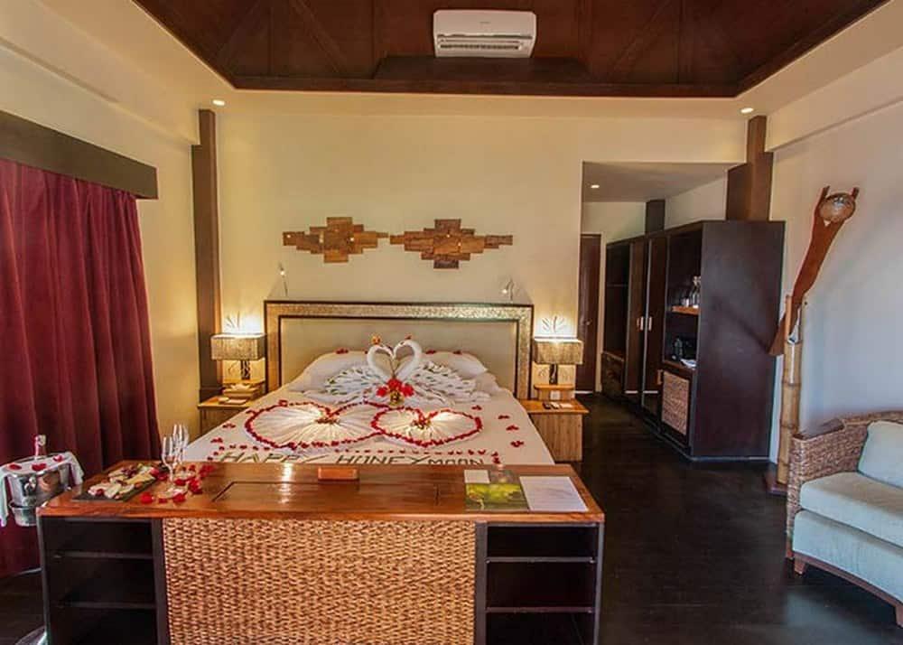 habitación cabaña por dentro cauayan island resort