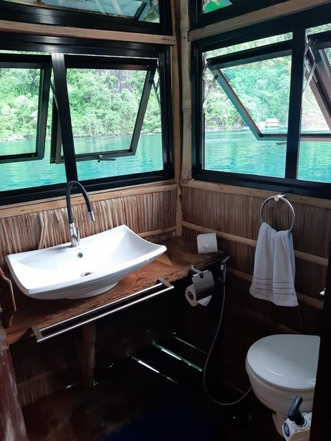 baño paolyn floating house