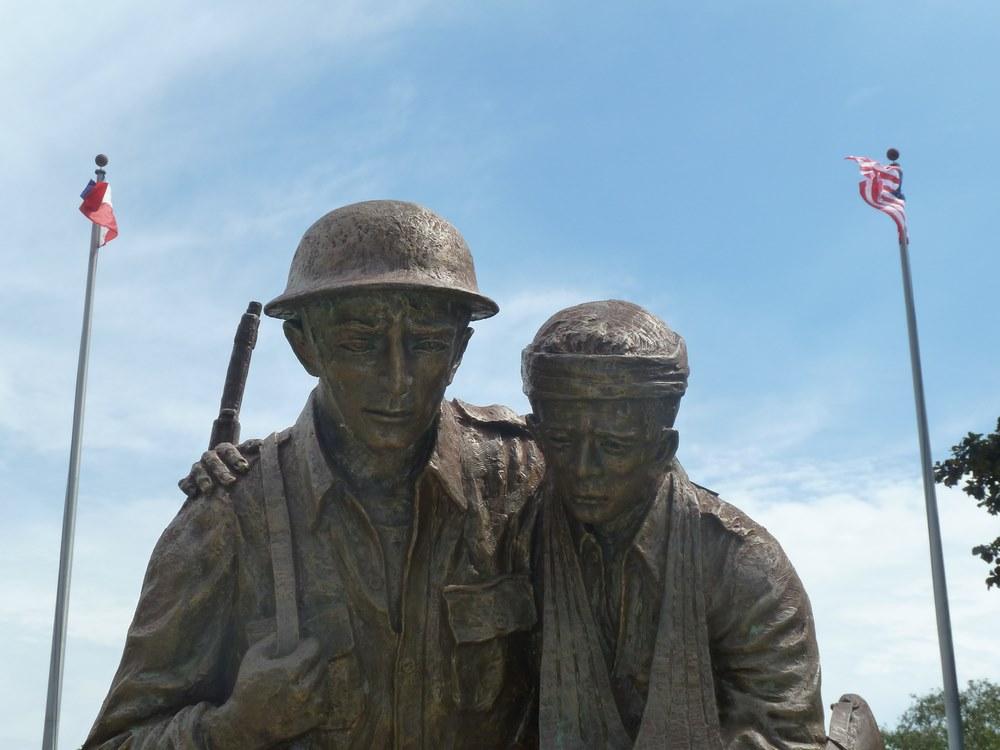 escultura soldado filipino y estadounidense