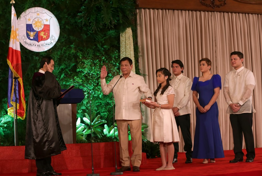 Rodrigo Duterte jurando su cargo