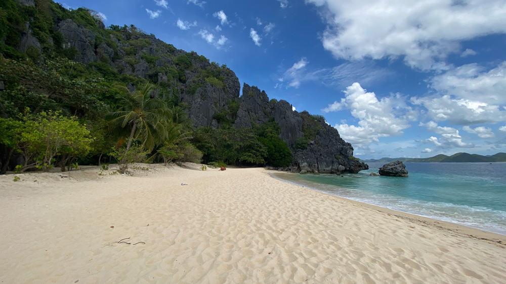 playas de arena blanca y palmeras